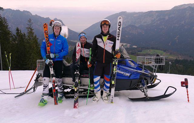 Beim letzten Training der Saison wurden die Sportler samt Trainer mit dem Skidoo nach oben gezogen und nutzten nochmal die guten Bedingungen am Götschen. V.li. Tobias Neuber, Landeskadertrainer Markus Lenz und Lukas Weingartner.