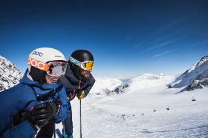 aussicht-genießen-beim-skifahren-c-stubaier-gletscher-andre-schoenherr