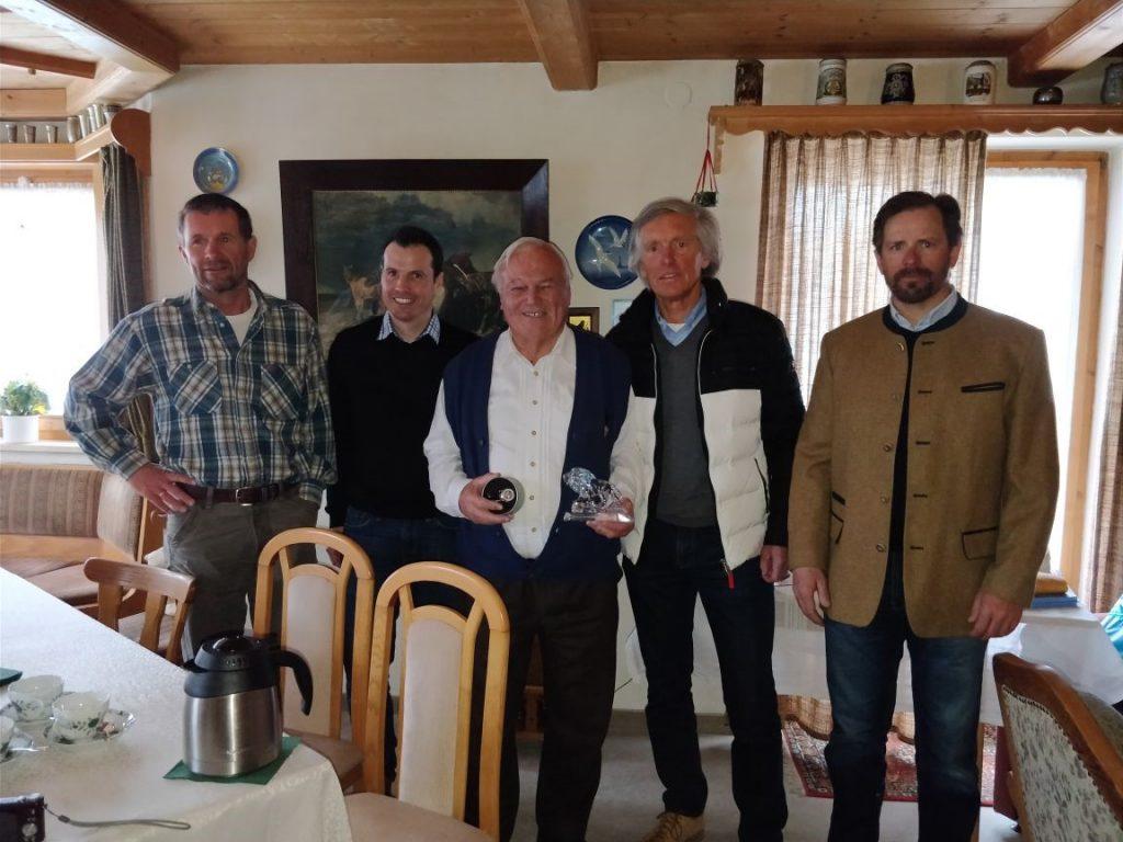 """v.l.n.r.: Markus Anwander (DSV Bundesstützpunktleiter), Wolfgang Weißmüller (BSV Geschäftsführer),""""Jubilar"""" Peter Schuster (BSV Ehrenpräsident), Fritz Dopfer (BSV Vizepräsident und 1. Vorsitzender Skigau Werdenfels), Jens Weigelt (Sportwart Alpin Skigau Werdenfels)"""