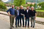 Es gratulierten (v.l.n.r): Markus Anwander (DSV Bundesstützpunktleiter), Wolfgang Weißmüller (Geschäftsführer BSV) - in der Mitte Fritz Dopfer - Jens Weigelt (Skigau Werdenfels) und Heinz Mohr (Werdenfelser Ski-Urgestein).